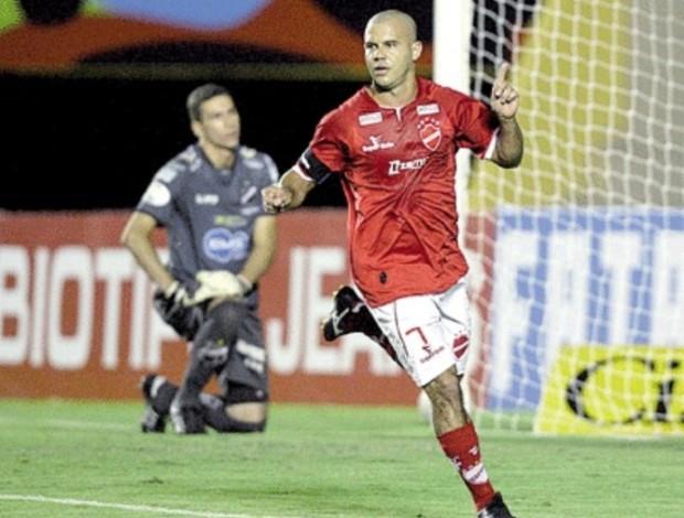 Roni, atacante do Vila Nova (Foto: Renato Conde/O Popular)