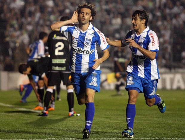 Lincoln comemora o primeiro gol do Avaí contra o Figueirense (Foto: Ag. Estado)