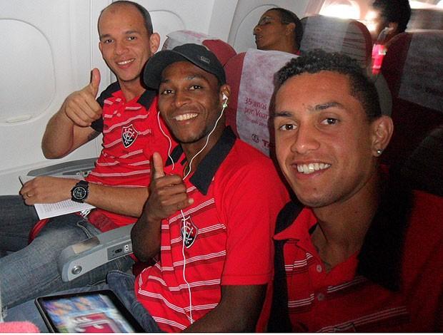 fernando,  marquinhos e felipe, jogadores do vitória, no avião (Foto: Roque Mendes/Divulgação)