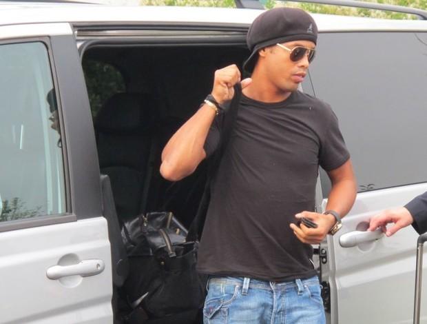 Ronaldinho, chegada em Londres (Foto: Leandro Canônico / Globoesporte.com)