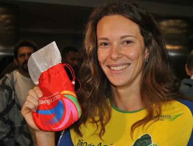 Fabiana Murer medalha escondida desembarque (Foto: João Gabriel Rodrigues / GLOBOESPORTE.COM)