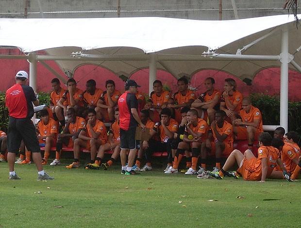 vagner benazzi conversa com os jogadores do vitoria em treino (Foto: Eric Luis Carvalho/Globoesporte.com)