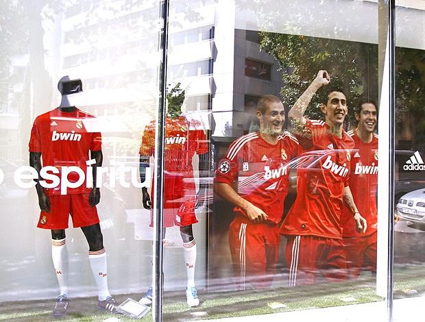 loja do Real Madrid vende uniforme vermelho (Foto: EFE)