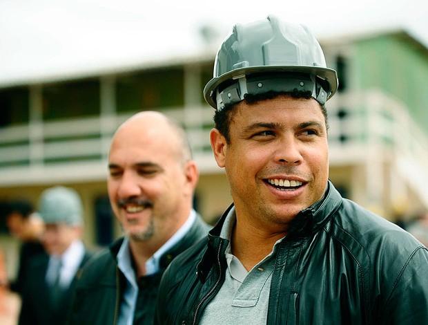 Ronaldo visita obras do Itaquerão a 1000 dias da Copa (Foto: Marcos Ribolli / GLOBOESPORTE.COM)