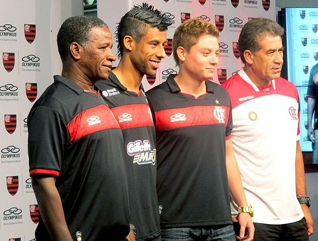 Adílio, Léo Moura, Adryan e Nunes apresentam o novo uniforme rubro-negro (Foto: Janir Junior / GLOBOESPORTE.COM)