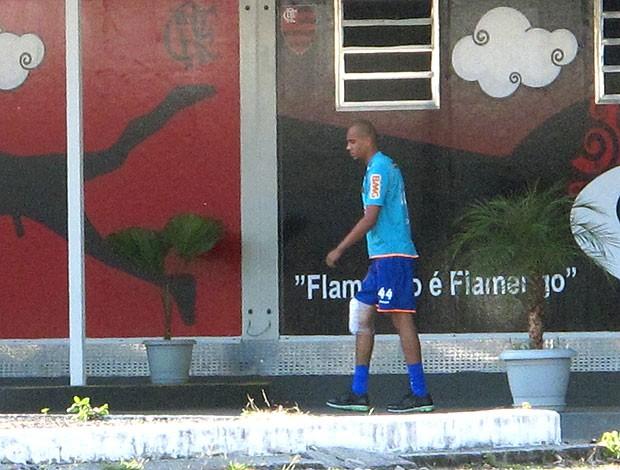 Alex Silva deixa fisioterapia no treino do Flamengo (Foto: Richard Souza / GLOBOESPORTE.COM)