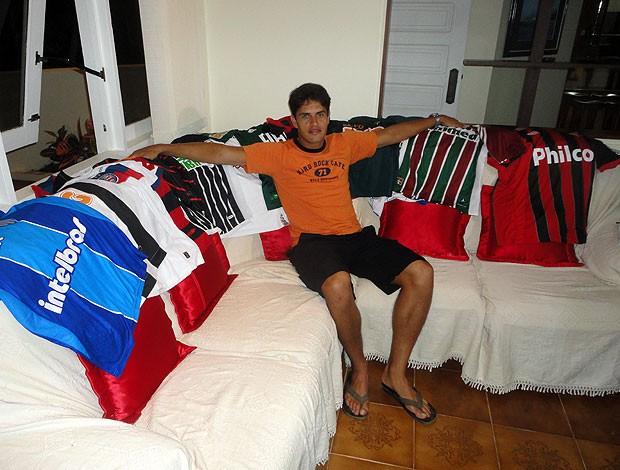 fahel, volante do bahia, mostra camisas para doação (Foto: Raphael Carneiro/Globoesporte.com)