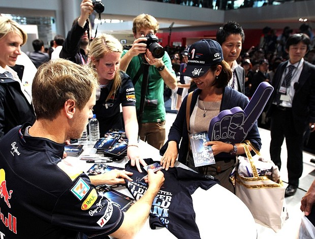 Sebastian Vettel visita fábrica patrocinador RBR Japão (Foto: Getty Images)