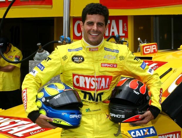 Julio Campos com o capacete de seu irmão Marco Campos na Stock Car (Foto: Vanderley Soares/ Dilvulgação)