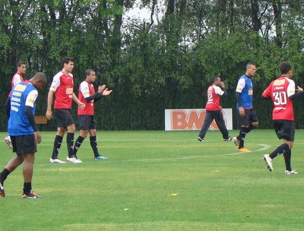 Luis Fabiano (ao fundo de colete azul) tentará marcar seu primeiro gol pelo Tricolor (Foto: Site oficial do São Paulo FC)