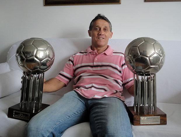 lembra dele osni: mostra trofeu bola de prata (Foto: Raphael Carneiro/Globoesporte.com)