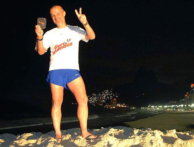 Sergio Xavier na Corrida SP-RJ com medalha (Foto: Alexandre Durão / GLOBOESPORTE.COM)