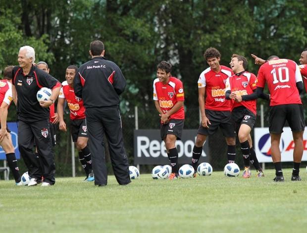 Leão e os jogadores sorriem durante o treino desta terça (Foto: João Neto / Vipcomm)
