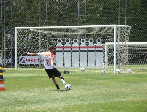 Lucas em ação no treino de finalização no CT da Barra Funda (Foto: Site oficial do São Paulo FC)
