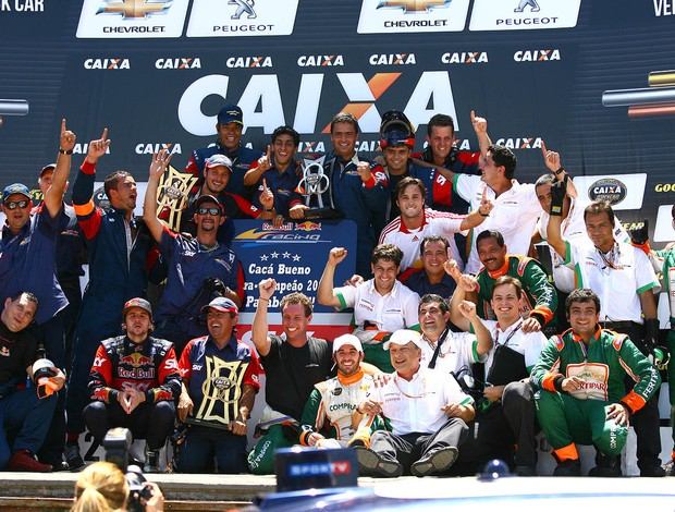 Cacá Bueno comemora seu quarto título na Stock Car no pódio de Nova Santa Rita, RS (Foto: Carsten Horst)