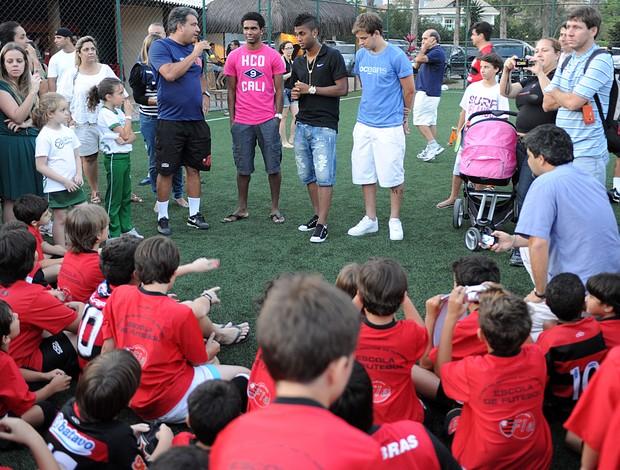 Thomás, Muralha e Luiz Antônio fazem visita a escolinha do Flamengo