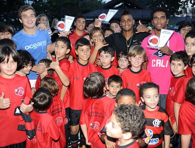 Thomás, Muralha e Luiz Antônio fazem visita a escolinha <br /> do Flamengo