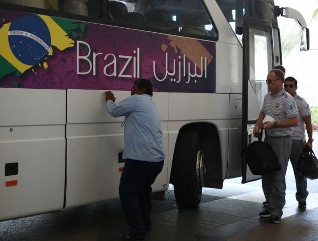 Mano Menezes na chegada da Seleção a Doha (Foto: Mowa Press)