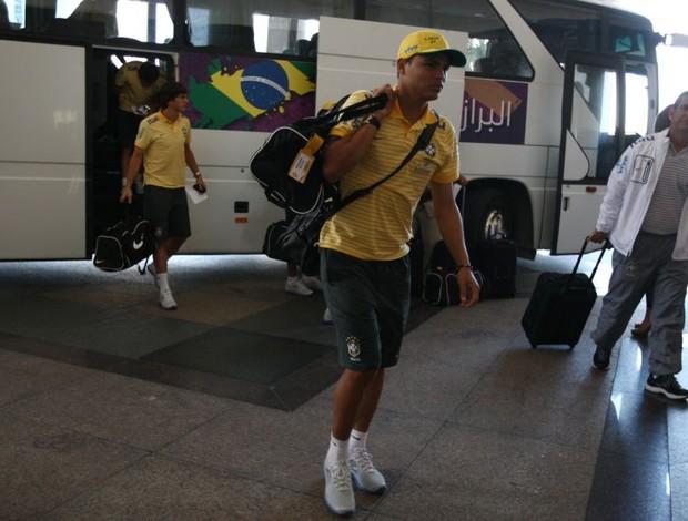 Thiago Silva na chegada da Seleção a Doha (Foto: Mowa Press)