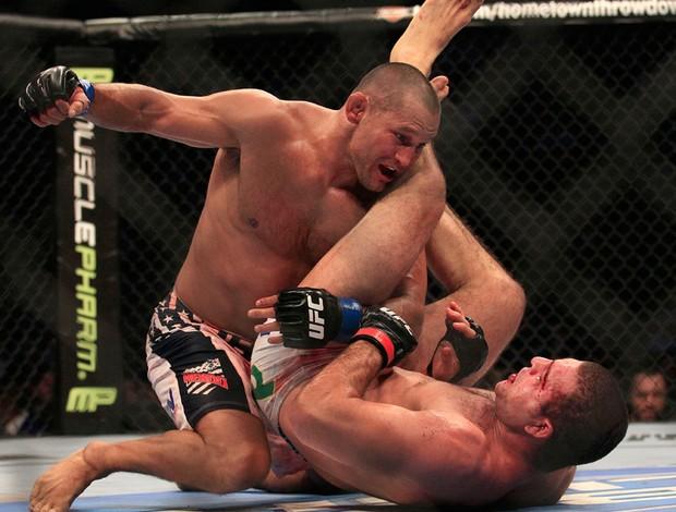 UFC 139 - Dan Henderson ataca Mauricio Shogun Rua (Foto: AP)