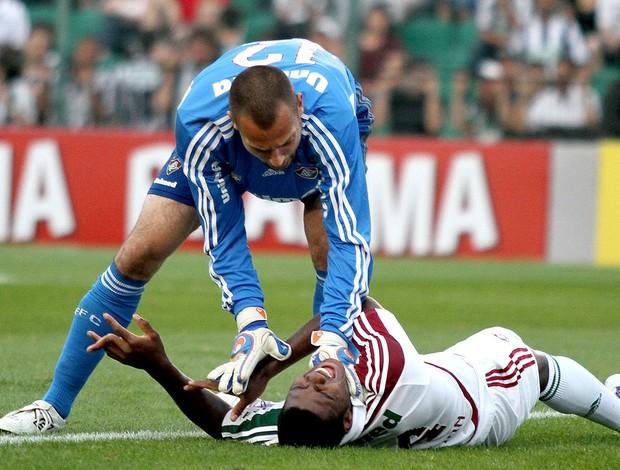 Elivélton do Fluminense com o dedo machucado no jogo contra o Figueirense (Foto: Rubens Flores / Ag. Estado)
