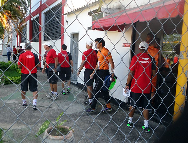 jogadores do vitoria deixam vestiario apos reuniao com a diretoria (Foto: Raphael Carneiro/Globoesporte.com)