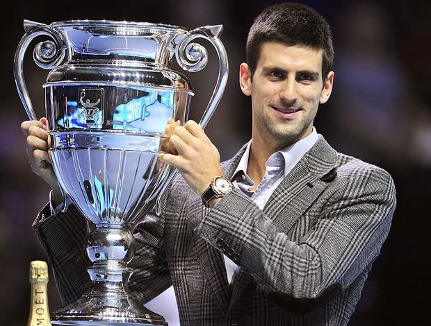 Djokovic com a taça de número 1 da ATP (Foto: AFP)