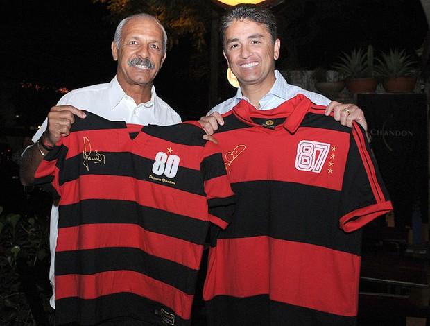Junior e Bebeto com a camisa do Flamengo (Foto: Divulgação)