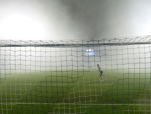 Fumaça no jogo entre Zenit x Apoel (Foto: Reuters)