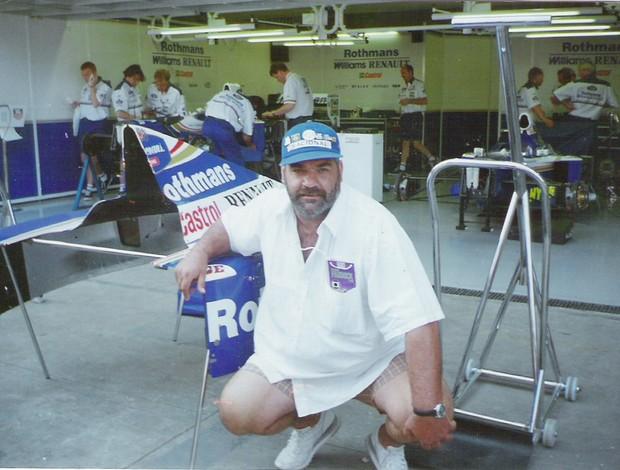 Jorge posa ao lado de box da Willians em uma das corridas que assistiu em Interlagos (Foto: Arquivo pessoal)