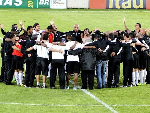 jogadores atlético-mg comemoram vitória sobre o Botafogo (Foto: Marco Antônio Astoni / Globoesporte.com)