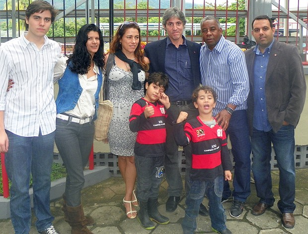Paulo César Coutinho, ao centro, junto de Andrade, posa para foto no dia da homenagem feita na Gávea pelos 30 anos da morte do pai, no último mês de novembro