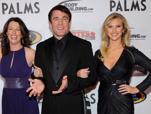 Chael Sonnen com Regan Molatore (E) e Brittany Smith (D) (Foto: Agência Getty Images)