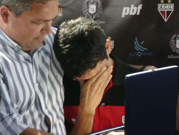 Anaílson chora ao receber placa das mãos do diretor de futebol do Atlético-GO, Adson Batista (Foto: Fernando Vasconcelos/GLOBOESPORTE.COM)