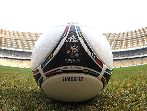 bola oficial da Euro 2012 na Ucrânia (Foto: AFP)