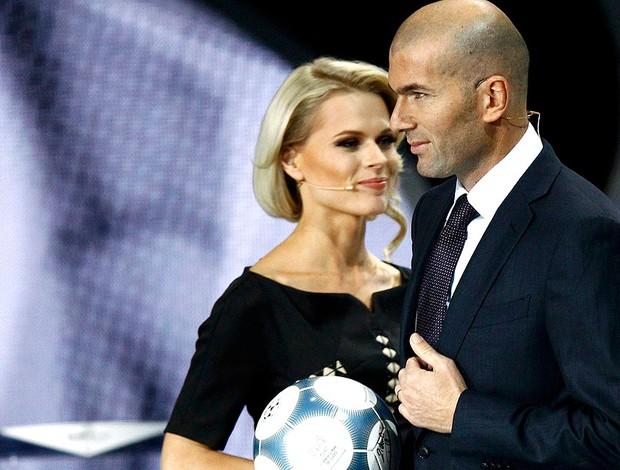 Zidane no sorteio da Euro 2012 (Foto: Reuters)