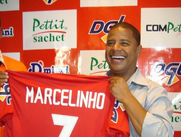 Marcelinho Carioca recebe camisa do América-SP (Foto: Alan Schmeider)