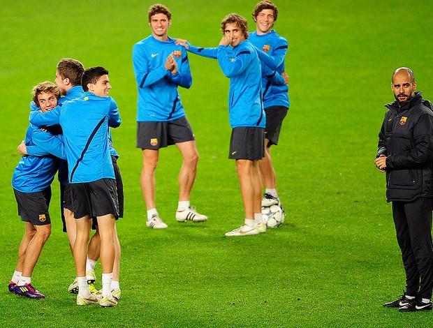 Guardiola no treino do Barcelona (Foto: AP Photo)