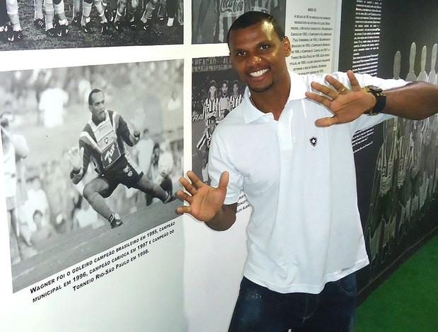Jefferson posa ao lado da foto de Wagner no Túnel do Tempo, na sede do Botafogo (Foto: Thales Soares / Globoesporte.com)