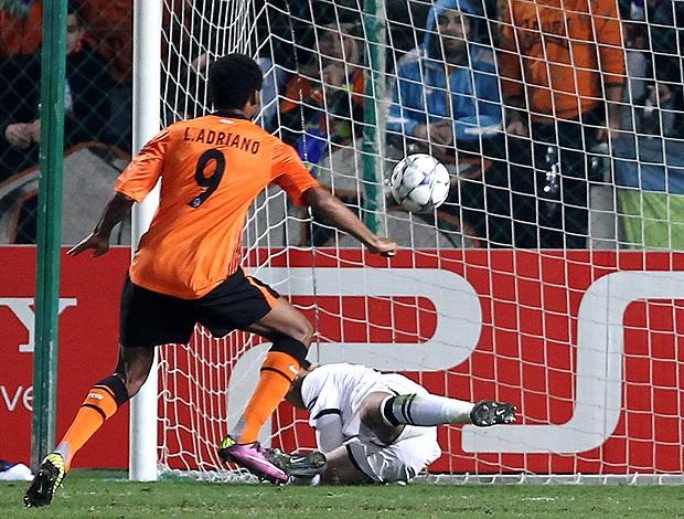 Luiz Adriano - APOEL x Shakhtar Donetsk (Foto: AFP)