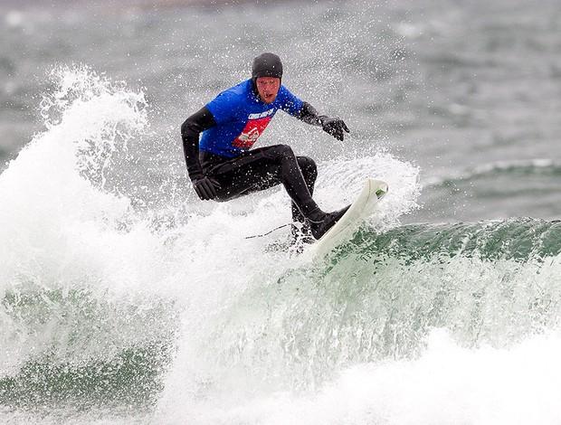 Nicklas Ivarsson, campeão sueco no torneio disputado após quatro anos e com mar a 5 graus de temperatura. (Foto: DeltaPhoto.se / Göran R)