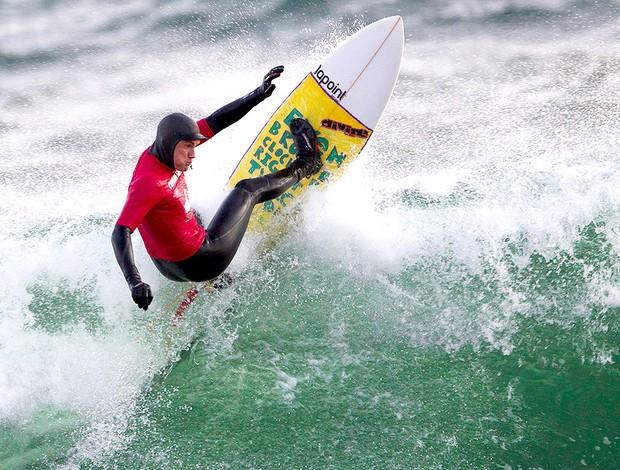 "Tim Latte, surfista sueco, com roupa para água gelada chamada de ""kit de sobrevivência"" (Foto: DeltaPhoto.se / Göran R)"