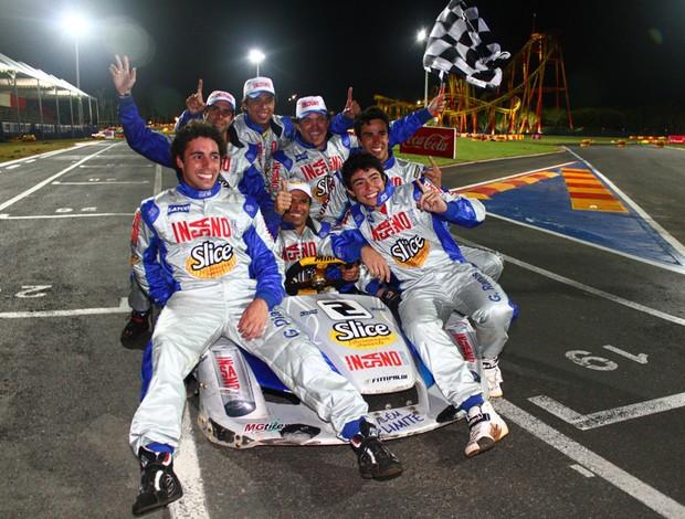 A equipe Fittipaldi comemora a vitória nas 500 Milhas de kart 2011 (Foto: Rafael Munhoz/ divulgação)
