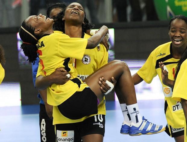 Mundial de handebol Angola Isabel Fernandes carrega Danila Carl (Foto: AFP)