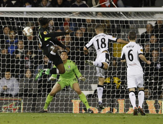 Djiby Fall marca gol do Odense sobre o Fulham (Foto: AP)