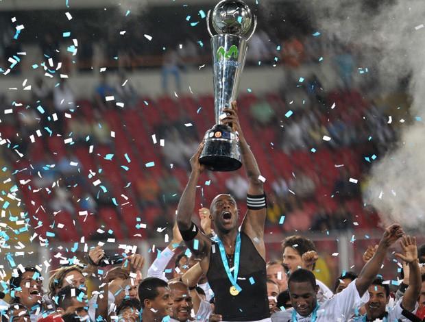 Luis Guadalupe, capitão do Juan Aurich, ergue a taça de campeão peruano (Foto: Reuters)