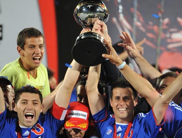 Universidad de Chile com taça de campeão da Sul-Americana (Foto: AFP)