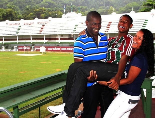 Robert no colo dos pais, Roberto e Silvana, nas Laranjeiras (Foto: Nelson Perez/FluminenseF.C.)