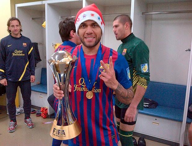 daniel alves, lateral do barcelona, posta foto com a taça no twitter (Foto: Reprodução/Twitter)
