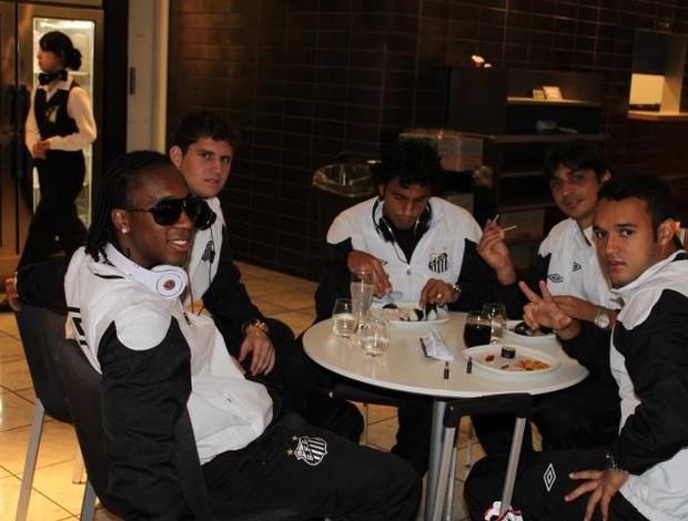 Jogadores do Santos aguardam no aeroporto o embarque para a Alemanha (Foto: Cassio Barco - Globoesporte.com)